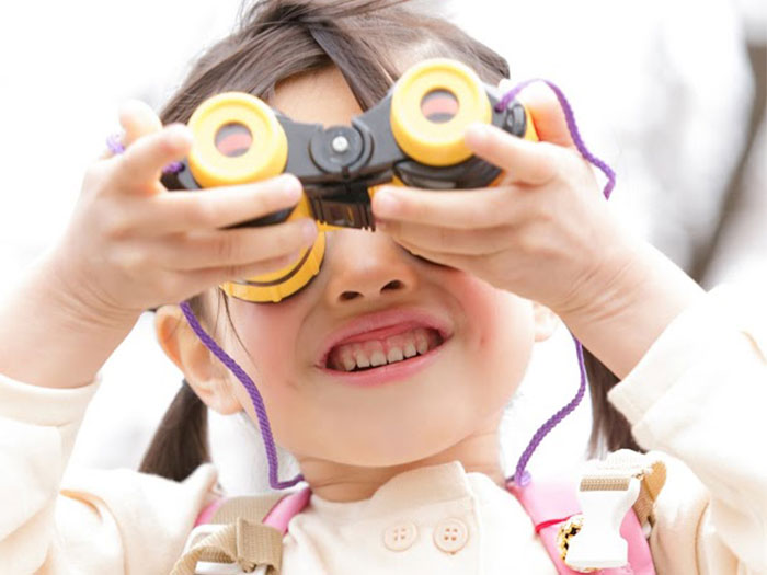 双眼鏡を覗く女の子